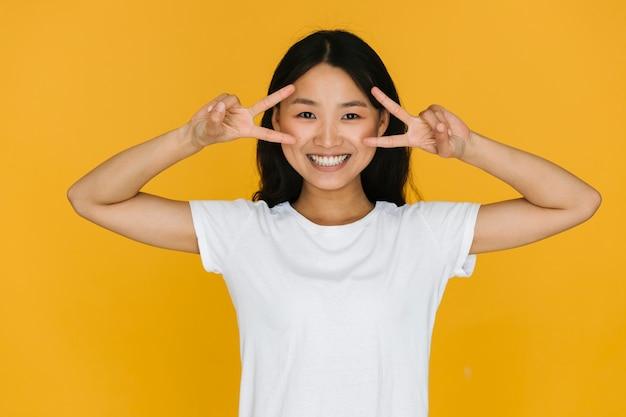 Junge asiatische frau des mittleren schusses, die glücklich ist