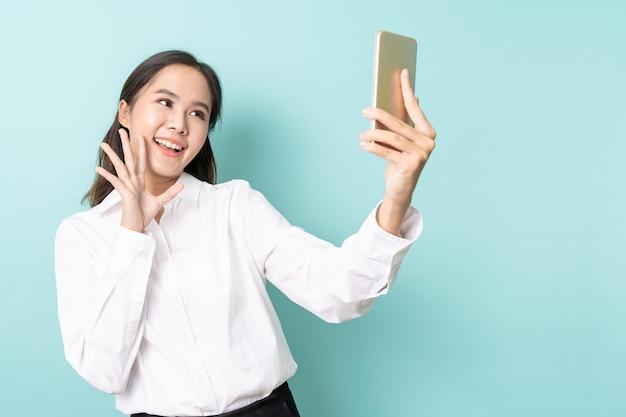 Junge asiatische frau, die ein selfie nimmt
