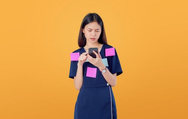 Junge asiatische frau, die ein smartphone hält