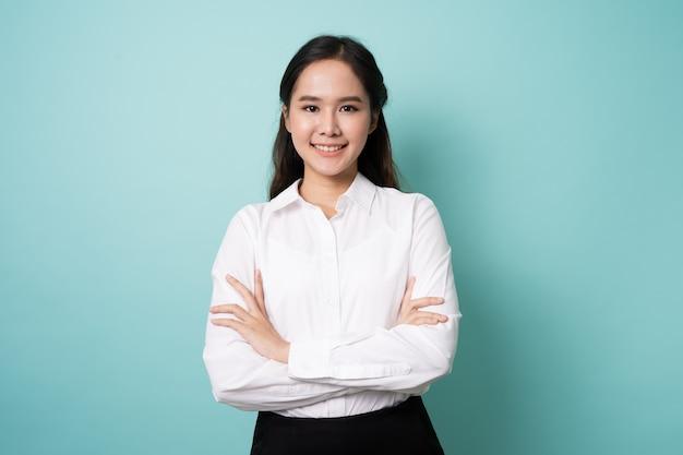 Junge asiatische frau, die ein weißes hemd trägt