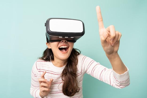 Junge asiatische frau, die eine virtual-reality-brille trägt