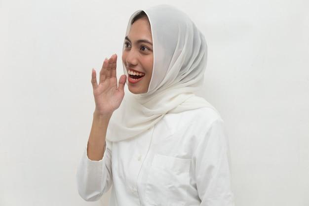 Junge asiatische frau, die hijab schockierte, bedeckte mund mit händen für fehler geheimes konzept bedeckend