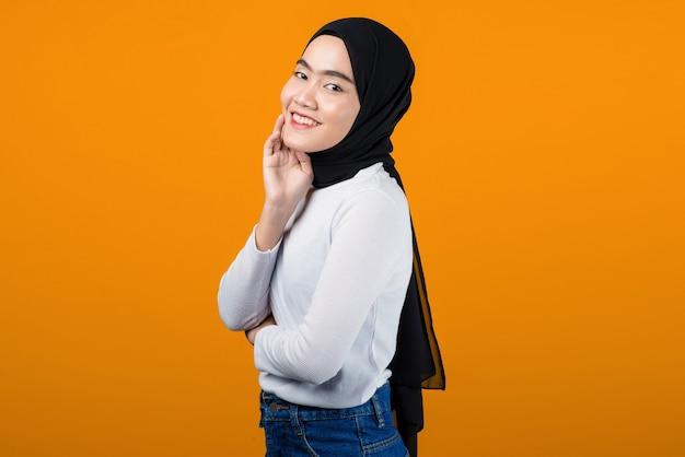 Junge asiatische frau, die lächelt und glücklich schaut