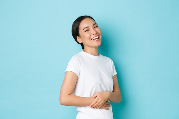 Junge asiatische frau, die lässiges t-shirt aufwirft