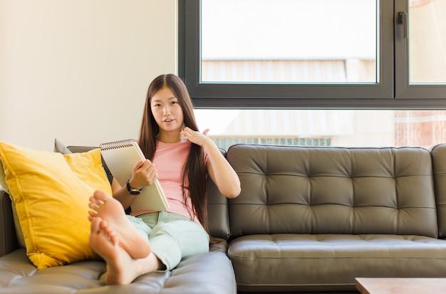 Junge asiatische frau, die sich gestresst, ängstlich, müde und frustriert fühlt, hemdhals zieht und mit problem frustriert aussieht