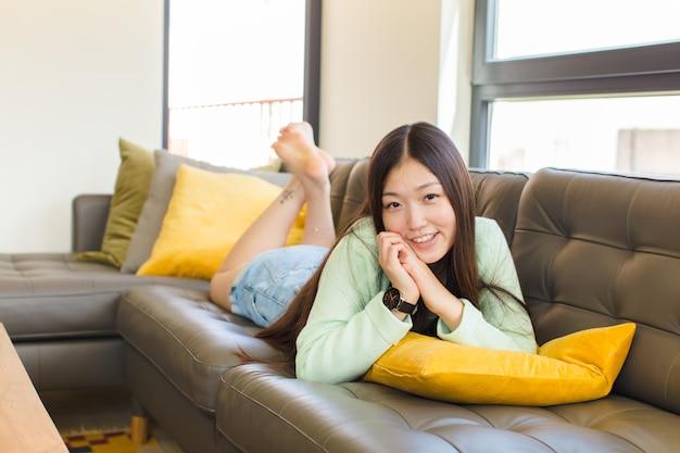 Junge asiatische frau, die sich verliebt fühlt und niedlich aussieht