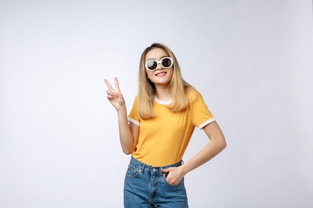 Junge asiatische frau, die sonnenbrille trägt