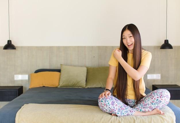 Junge asiatische frau fühlt sich glücklich, positiv und erfolgreich, motiviert, wenn sie sich einer herausforderung stellt oder gute ergebnisse feiert