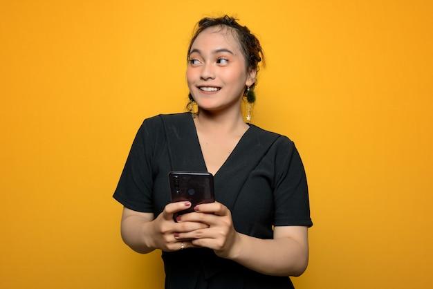 Junge asiatische frau in einer schwarzen bluse