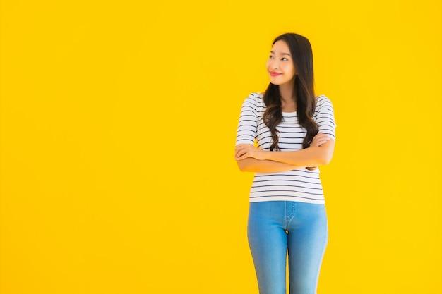 Junge asiatische frau lächeln glücklich mit aktion