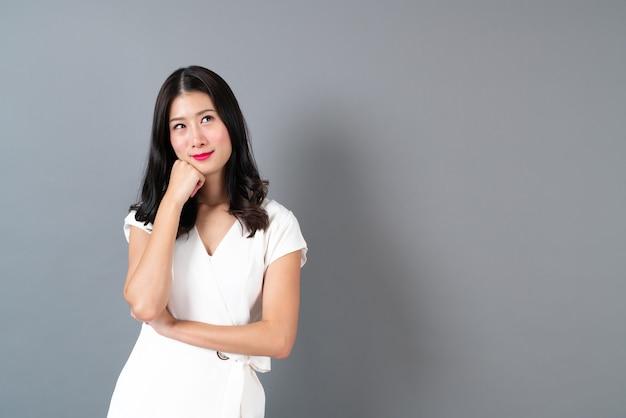 Junge asiatische frau mit denkendem gesicht