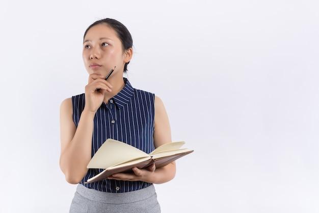 Junge asiatische frau mit einem bucheinband ihr gesicht