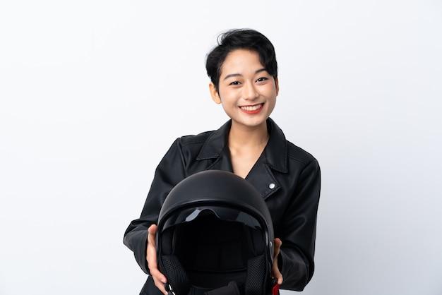 Junge asiatische frau mit einem motorradhelm mit glücklichem ausdruck