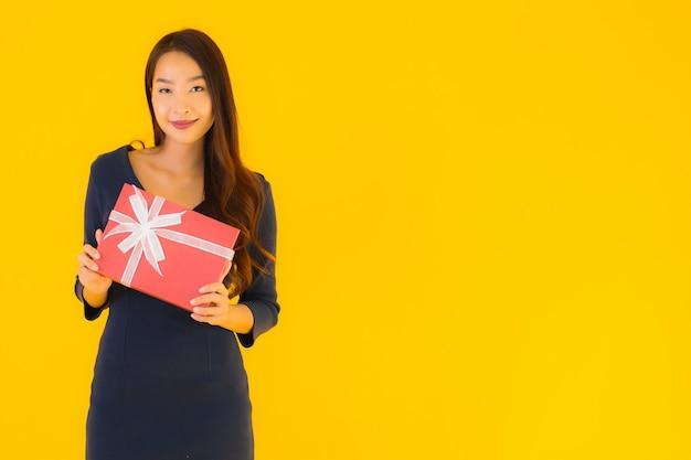 Junge asiatische frau mit geschenkbox