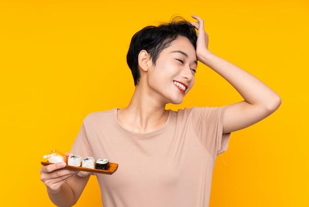 Junge asiatische frau mit sushi hat etwas erkannt und beabsichtigt die lösung