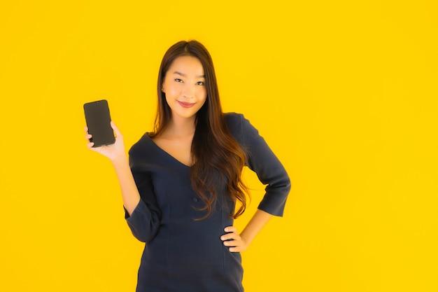 Junge asiatische frau mit telefon