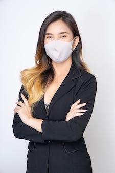 Junge asiatische frau tragen chirurgische masken, um gegen viren und staub zu schützen.