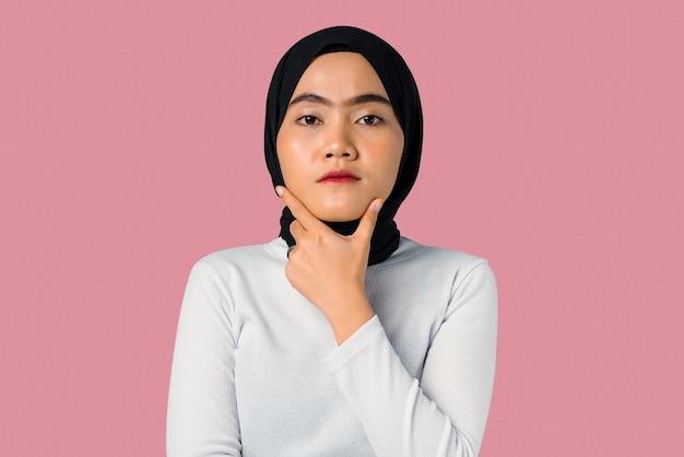 Junge asiatische frau vertrauen und sehen ernst aus