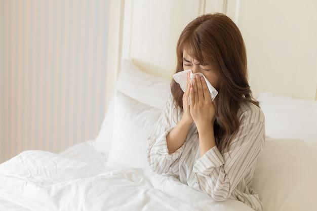 Junge asiatische frauen haben erkältung. konzept für gesundheit und kranke.