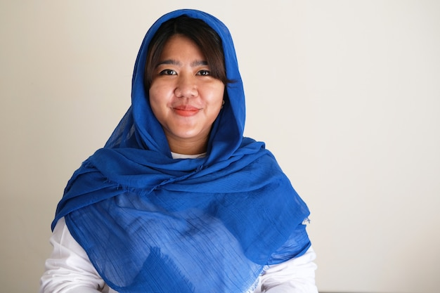 Junge asiatische frauen mit kopftuch lächeln selbstbewusst