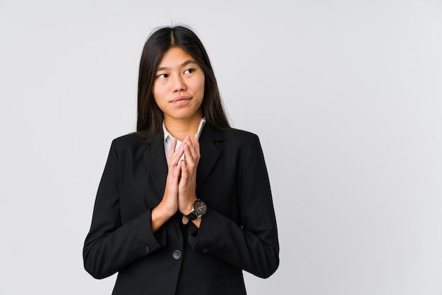 Junge asiatische geschäftsfrau, die plan im verstand, eine idee gründend bildet.
