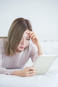 Junge asiatische geschäftsfrau, die tablette verwendet