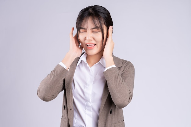 Junge asiatische geschäftsfrau fühlt sich durch die frist unter druck gesetzt