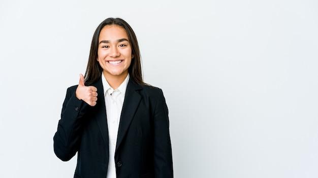Junge asiatische geschäftsfrau lokalisiert auf weißer wand, die lächelt und daumen aufhebt