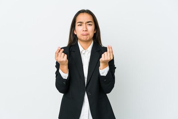 Junge asiatische geschäftsfrau lokalisiert auf weißer wand, die zeigt, dass sie kein geld hat.