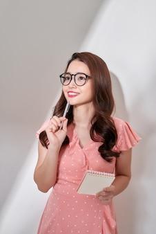 Junge asiatische geschäftsfrau mit zwischenablage bekommen eine idee isoliert auf weißem hintergrund
