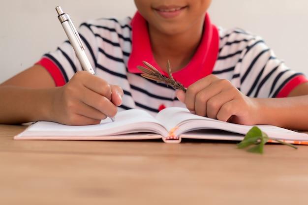 Junge asiatische junge studie pflanzen in biologie klasse.