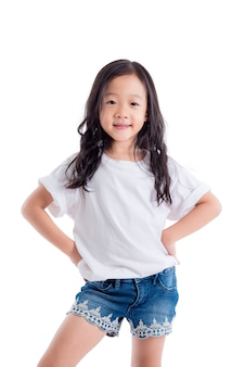 Junge asiatische mädchenstellung und lächelt über weißem hintergrund