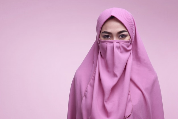 Junge asiatische moslemische frau, die niqab trägt