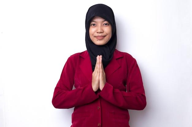 Junge asiatische muslimische frau, die betet
