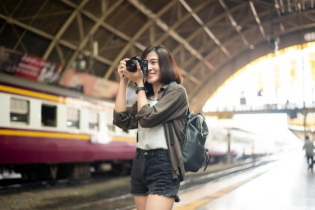 Junge asiatische reisefrau genießt mit schönem platz in bangkok, thailand