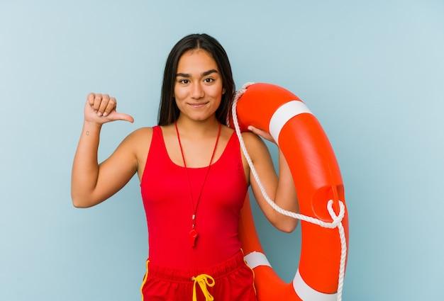 Junge asiatische rettungsschwimmerin fühlt sich stolz und selbstbewusst