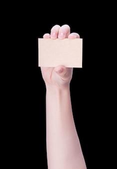 Junge asiatische saubere mädchenhand, die eine leere braune kraft-visitenkarte hält
