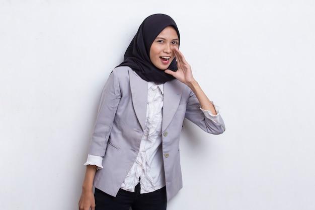 Junge asiatische schöne muslimische frau schreit und schreit die ankündigung isoliert auf weißem hintergrund
