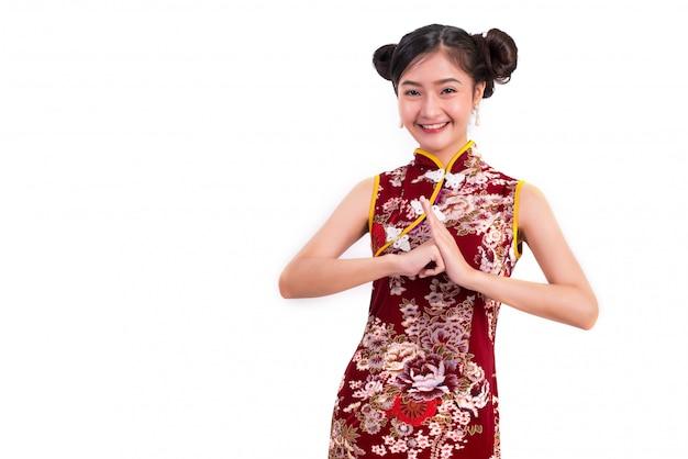 Junge asiatische schönheitsfrau, die cheongsam trägt
