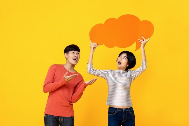 Junge asiatische studentfreunde mit spracheblase
