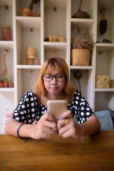 Junge asiatische teenager-mädchen zu hause entspannen