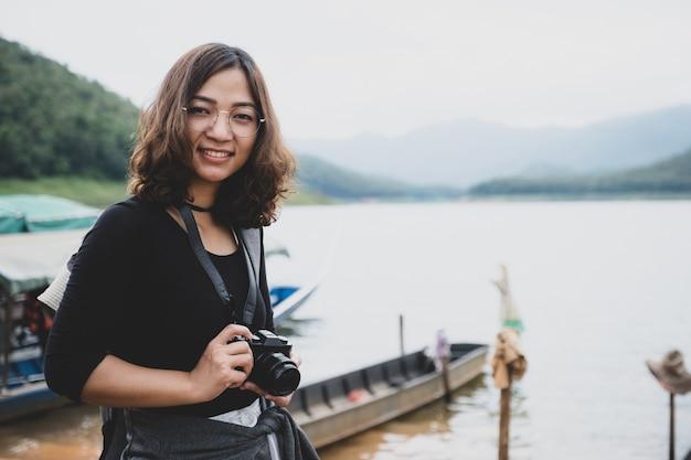 Junge asiatische touristen verbringen ihre freizeit damit, natürliche seen zu erkunden