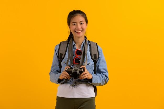 Junge asiatische touristische frau, die für reise sich vorbereitet