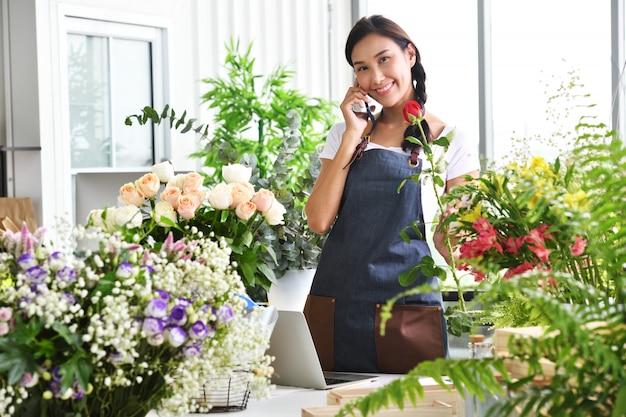 Junge asiatische unternehmerin / ladenbesitzer