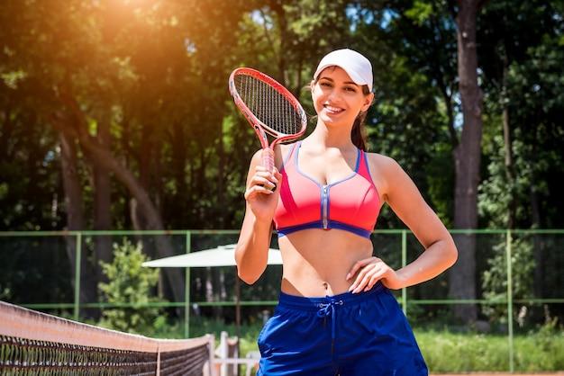Junge athletische frau auf tennisplatz
