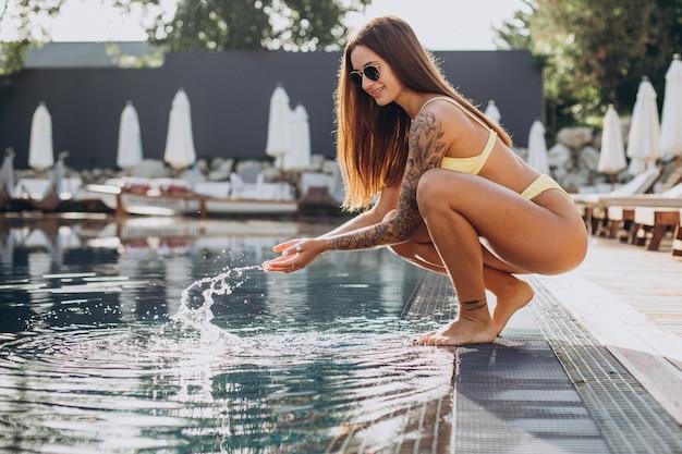 Junge attraktive frau am pool