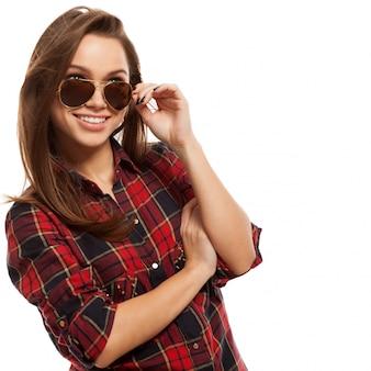Junge attraktive frau im hemd und in der sonnenbrille