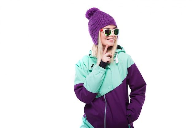 Junge attraktive frau im purpurroten skianzug