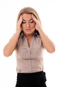 Junge attraktive frau mit einer schrecklichen migräne