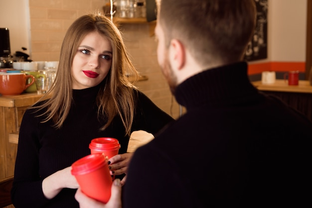 Junge attraktive paare am datum in der kaffeestube.